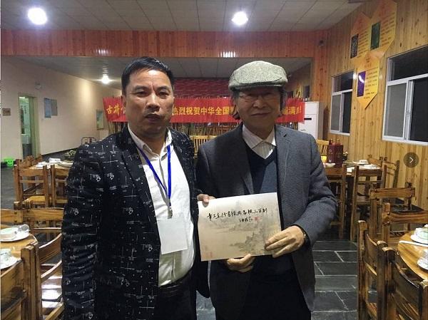 绩溪章氏文化研究会名誉会长、国家一级美术师章飚(右)与章振银合影.jpg